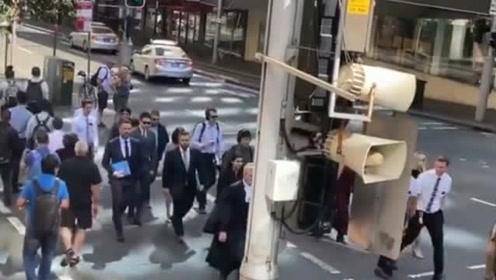 高云翔案庭审正式开始,穿上灰色西装的他,走路帅气引来路人围观