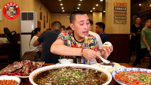 一家有名堂的重庆江湖菜,盘子比桌子大,烧椒鱼姜丝兔最霸道