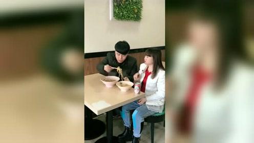 小伙子吃饭把老婆的饭全倒自己碗里,真是不怕挨打呀