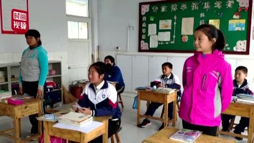 55岁女教师坚守山村教育34年 有毕业学生专程回校园听她讲课