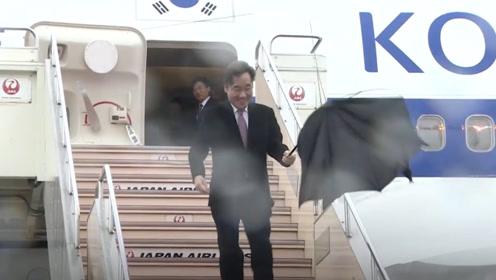 尴尬! 韩国总理访日 刚下专机伞当场被大风吹烂发型也乱了