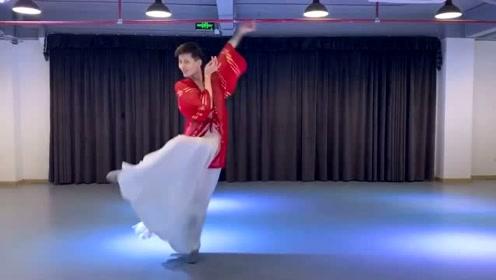 一曲古风《青花瓷》,红衣小哥哥用精湛的舞姿演绎歌曲的魅力,百看不厌!