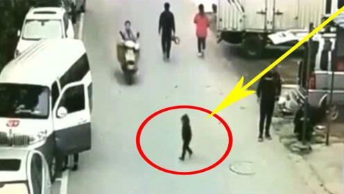 小孩站在路中间,被摩托男撞倒,父母直接就怒了!