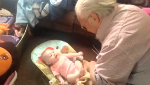萌娃不会说话,看见心爱的爷爷这样互动,表演太萌了