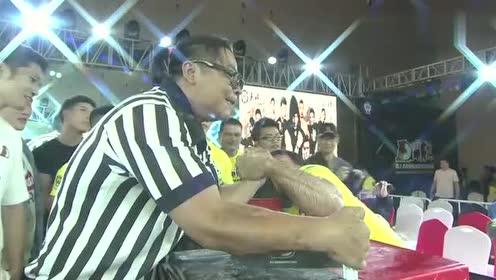 中国裁判VS世界掰手腕冠军,力量程度不遑多让,是个民间高手!