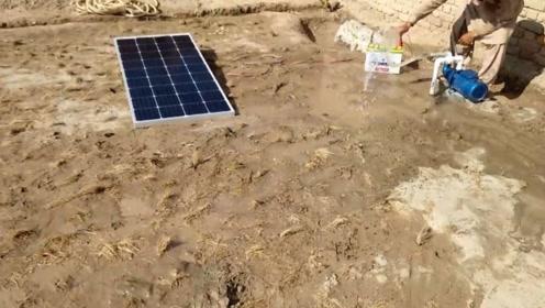 俩印度小哥利用太阳能板制作太阳能抽水泵,真是厉害