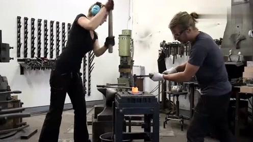 农村铁匠打铁,真是手艺人啊,现在不常见了