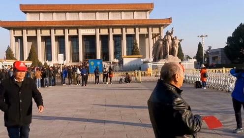 10月29号早8点,实拍毛主席纪念堂南出口,很多老人排队去瞻仰