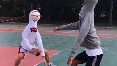 这两位打篮球真够牛的 身高不够篮球来凑