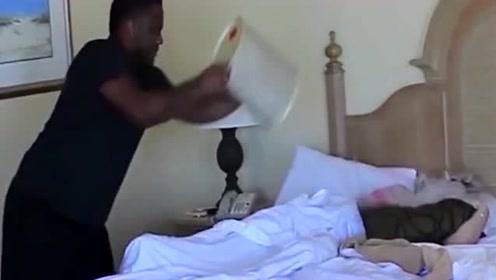 直男!女友正在睡觉,男友却抱了一桶冰走了过来,惨遭分手!