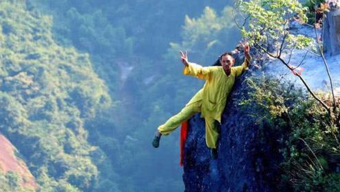 """湖南一名""""峭壁飞人"""",悬崖旁专门帮游客上龙头香,日收入达上万"""