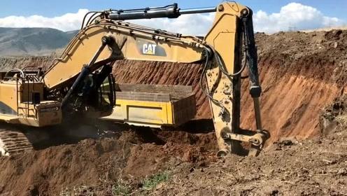 这是我见过最大的挖机,几挖斗就能装满一辆卡车
