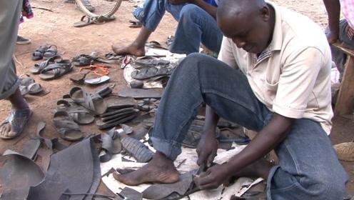 非洲人赤脚磨出层层老茧,自制轮胎鞋发家致富,连游客都要买一双