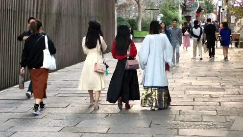 南京街头的盛装美女们,古今扮相惊艳迷人