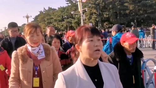 去毛主席纪念堂两个排队通道,旅行团很多,人山人海