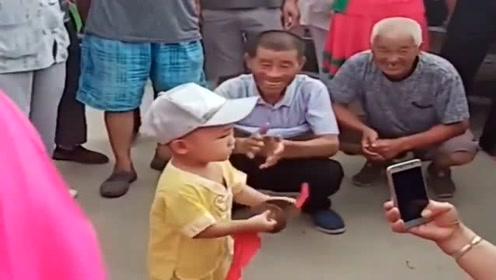 不愧是爷爷带的孩子,萌娃这一幕的举动,让围观群众赞叹不已