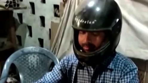 印度办公室天花板掉石膏,公务员被逼戴头盔上班,雨天在室内打伞