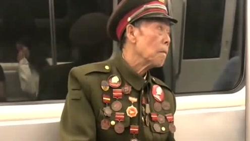 成都地铁偶遇老军人,胸前挂了几十个勋章