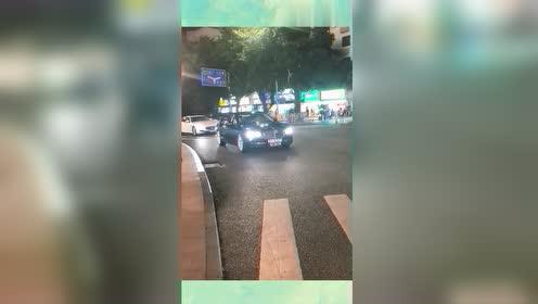 深圳街头的,小姐姐独自一人开宾利,这是要去哪里?