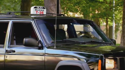 行驶中的出租车里竟然没有司机?路人满脸难以置信:谁开的车?