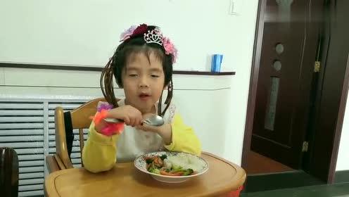 自己吃饭的好宝宝,感觉就是个摆拍呢