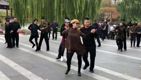 公园实拍冬冬老师和张宏伟团长搭手水兵舞第十六套,跳的真默契