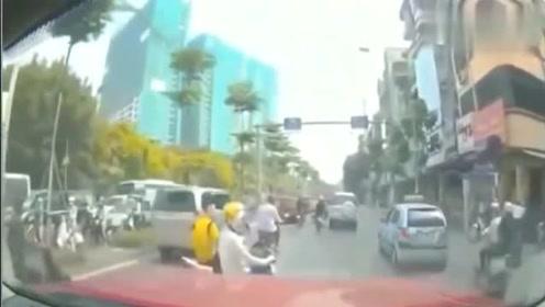 电动车女子挡在轿车前面,被男子连拖带拽的带走