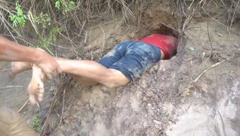 洪水退后,男子直接钻进河道旁的泥洞,这下赚大了!