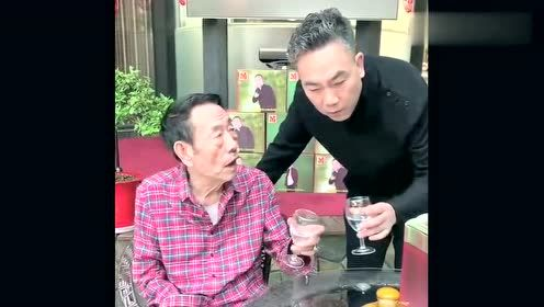 杨少华老爷子喝酒,杨议问多少钱,老爷子的回答真幽默