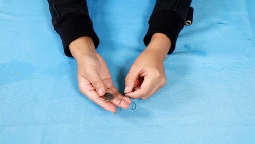 原来穿针引线有窍门,只要一枚硬币,又快又准,太厉害了