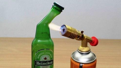 小伙用1000度的喷火枪烧烤玻璃瓶 ,下一秒玻璃瓶竟然变形了!