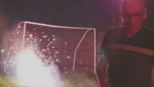 英国一男子后院放烟花 意外被烟花击中脖子