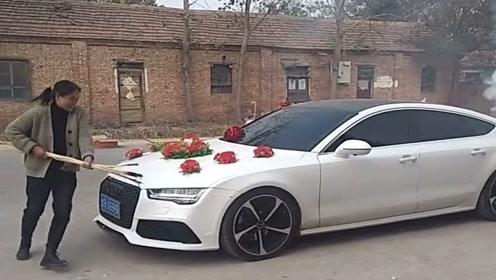 村长的儿子结婚了,嫂子围着奥迪婚车转,这是什么意思?