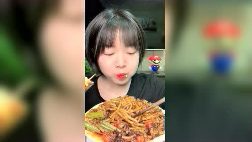 美食吃播:炒米粉热狗棒