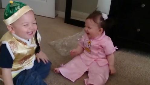 外国两个小宝宝穿上唐装,直接冲着彼此笑到停不下来,超可爱