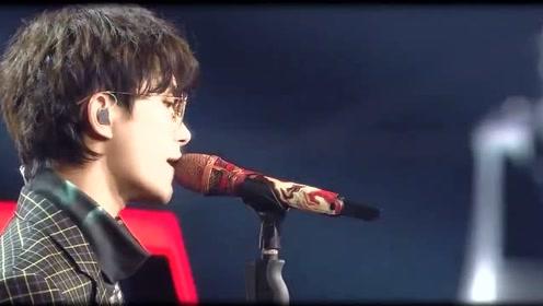 易烊千玺带眼镜优雅演唱,这该死的成熟的魅力啊!真是让人无法抵抗