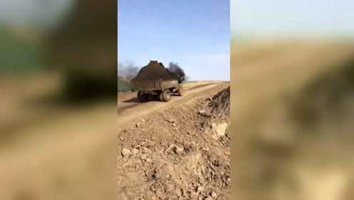 拖拉机超载上坡,明显拉不动了!