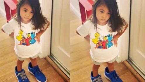 陈冠希女儿穿爸爸鞋子,Alaia披散长发面对镜头手叉腰超级可爱