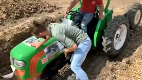 六个车轮的拖拉机过土坑,这样的拖拉机第一次见!
