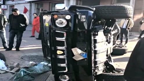 北汽bj40遇上了商务车,结果直接被怼翻了,扎心啊!