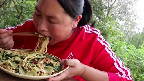 面条煮着吃太浪费了,胖妹教你面条怎么吃,一顿3斤都吃不够!