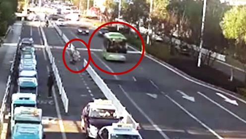 万幸公交刹住了车!监拍:电动车斜刺里冲出 朝着公交就撞了上去