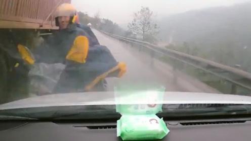 摩托车弯道超越货车 小车避让不及迎面撞上