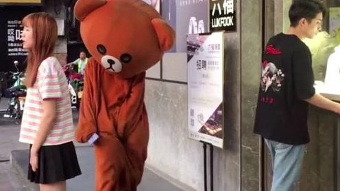网红熊太任性了,竟然敢在大街上捉弄小姐姐,这下被人教训了吧