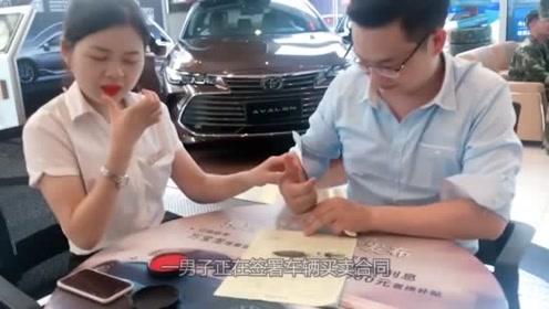 卖车的小姐姐顾不上形象了,手指一按,提成到账,网友都笑了!