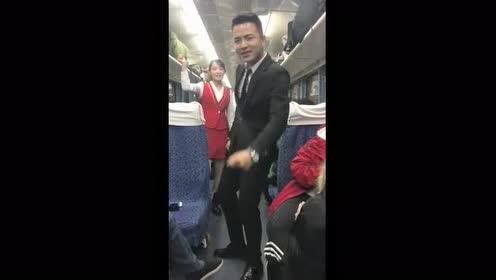 火车发车晚点!帅车长给大家唱歌解闷!