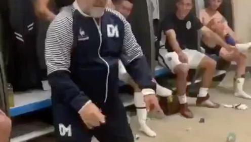 执教球队赢球,马拉多纳欢歌载舞!