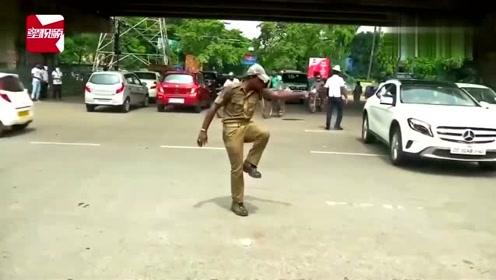 """印度""""网红级""""交警发明热舞式交通指挥法:把信号""""跳""""出来"""