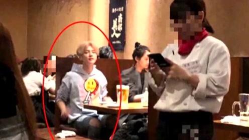 鹿晗关晓彤现身日本餐厅,两人并排坐显恩爱,一个细节体现鹿晗体贴!