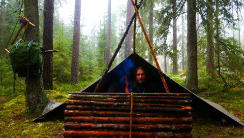 大叔独自徒步丛林,搭起帐篷生堆篝火过夜,网友:真羡慕这种生活